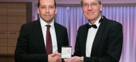 Distinguido con la Medalla de Oro al Prestigio Profesional por el Foro Europa 2001